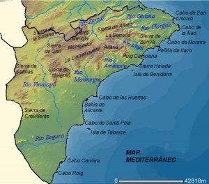 """Mapa realizado por Rodriguillo a partir de una imagen del Visor de Cartografía CTH de la Comunidad Valenciana. Esta imagen puede ser reproducida bajo licencia GFDL con la autorización de la Consellería de Territori i Habitatge de la Generalidad Valenciana (es:Wikipedia:Autorizaciones/Visor de Cartografía CTH de la Comunidad Valenciana) [Public domain], <a href=""""https://commons.wikimedia.org/wiki/File:Mapa_f%C3%ADsico_de_la_provincia_de_Alicante_(Espa%C3%B1a).png"""">via Wikimedia Commons</a>"""